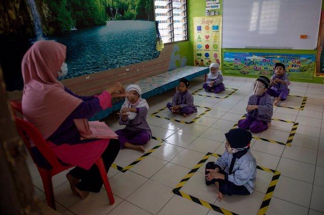 Coronavirus.- Los estudiantes de primaria y secundaria de Malasia volverán a las