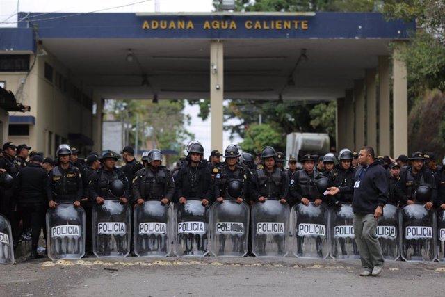 Policías desplegados en la frontera entre Honduras y Guatemala para impedir el paso de migrantes (Imagen de archivo)