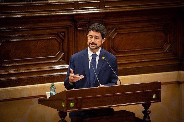 El Conseller de Territori i Sostenibilitat de la Generalitat, Damià Calvet, durant la seva intervenció en una sessió plenària, al Parlament català, a Barcelona, Catalunya (Espanya), a 1 de juliol de 2020.