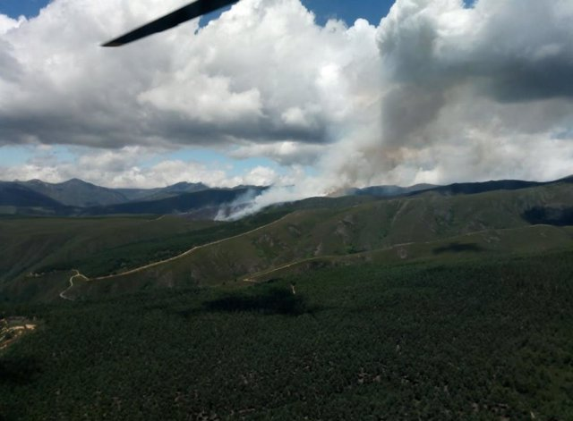 Imagen del incendio en Anllarines del Sil (León).