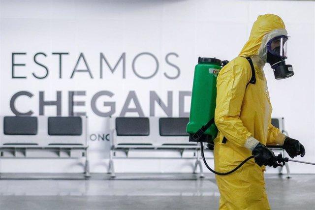 El Ejército de Brasil ha formado parte de la comitiva de trabajadores que se encuentra desinfectado el aeropuerto de Sao Paulo.