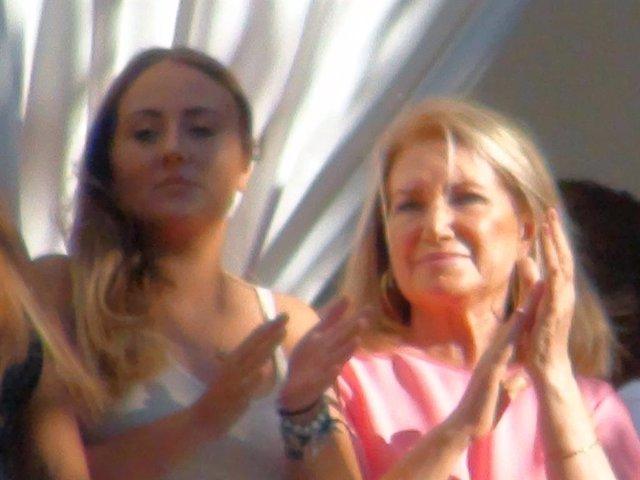 Gloria Mohedano, con su sobrina Rocío Flores durante la procesión de la Virgen de Regla en Chipiona