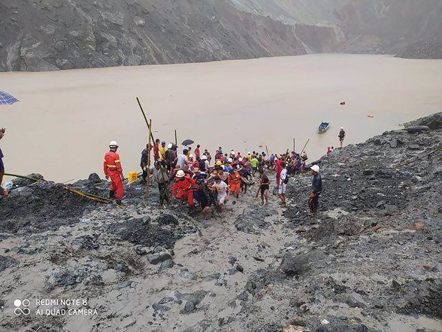 Rescue workers search for the body of the victims after a landslide took place at a jade mine in northern Myanmar's Hpakantregion that has killed at least 110miners and trapped scores more. (best quality available). Photo: -/Feuerwehr Myanmar/dpa .