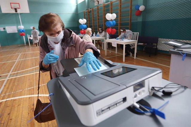 Una mujer vota en el referéndum constitucional en Rusia