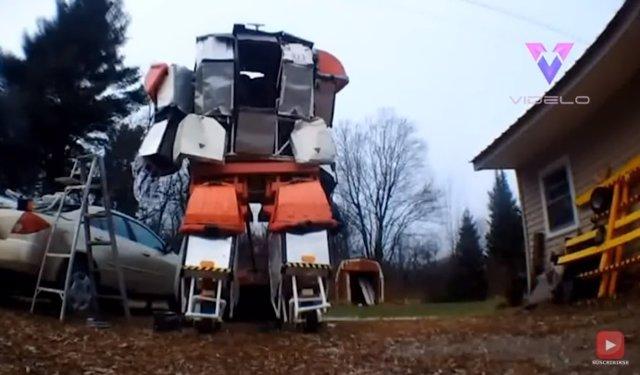 Un amante de la ciencia ficción fabrica un robot funcional de más de 3 metros de altura