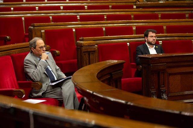 El vicepresident del Govern i conseller d'Economia i Hisenda, Pere Aragonès (d), i el president de la Generalitat, Quim Torra, durant una sessió plenària al Parlament en la qual es debat la gestió de la crisi sanitària