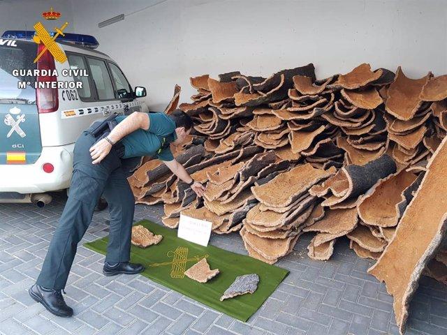 Parte del corcho recuperado por la Guardia Civil