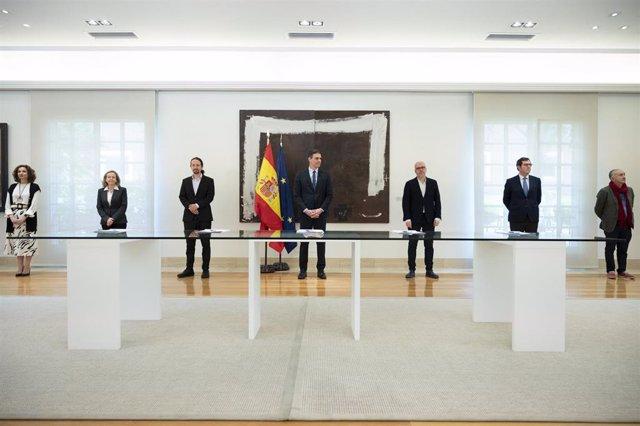 Gobierno y agentes sociales durante la firma del Acuerdo Social en Defensa del Empleo, celebrado en el Complejo de La Moncloa.