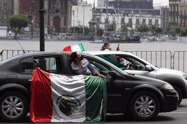 Gente durante una protesta en México contra el presidente, Andrés Manuel López Obrador