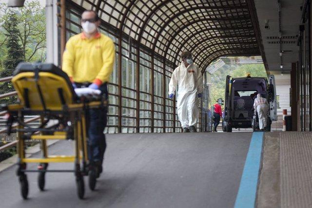 Treballadors sanitaris a l'entrada d'Urgències de l'Hospital Universitari Doctor Josep Trueta (Girona), durant el 35è dia de confinament al país per la crisi de la covid-19. Girona, Catalunya, (Espanya), 18 d'abril del 2020.