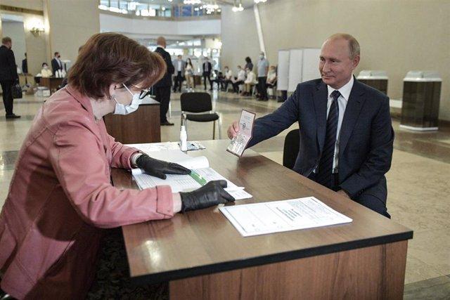 Vladimir Putin vota en el referéndum constitucional en Rusia