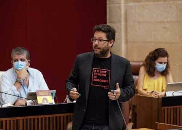 El diputado de Adelante Andalucía, José Ignacio García, este jueves durante una pregunta al Gobierno andaluz en el Pleno del Parlamento.