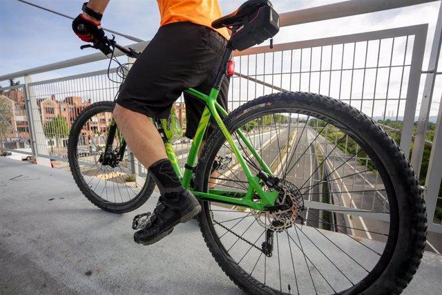 Imagen de recurso de un hombre monta en bicicleta