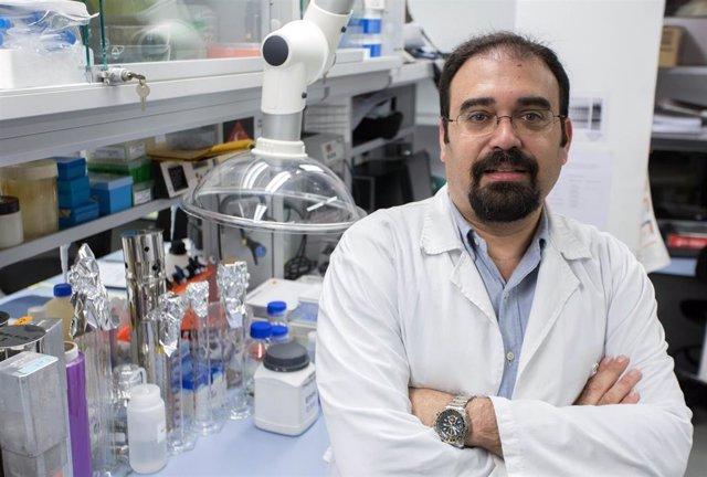 El investigador Manuel Fuentes en un laboratorio