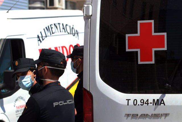 Agentes de la Policía Nacional equipados con Equipos de Protección Individual (EPI), custodian a los 83 usuarios que están infectados de COVID-19 en una de las sede de Cruz Roja en calle Elena Soriano de la capital. En Málaga, a 25 de junio de 2020.