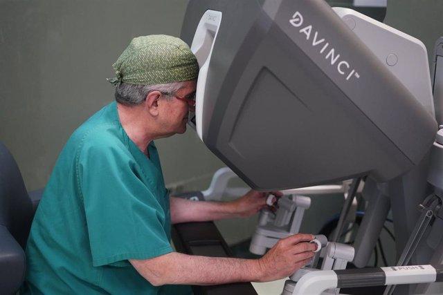 Un médico opera el robot Da Vinci Xi en el IVO
