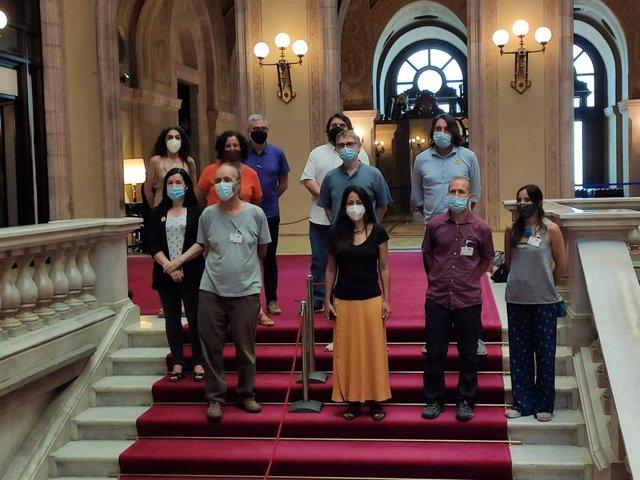 Adriana Delgado (ERC), Susanna Segovia (comuns), Carles Riera (CUP), Ferran Pedret (PSC) i Francesc de Dalmases (JxCat), al costat de representants de la fede.cat-Organitzacions per a la Justícia Global.