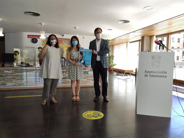 El alcalde de Salamanca, Carlos García Carbayo, presenta las actividades junto a responsables del área de cultura y bibliotecas municipales.
