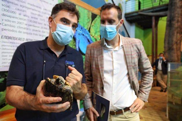 El director técnico del acuario, Javier González, y el consejero municipal de Particiación y Relaciones con los Ciudadanos, Javier Rodrigo