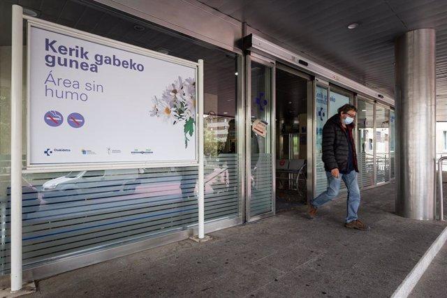 Un hombre sale del  Hospital de Txagorritxu (Vitoria),