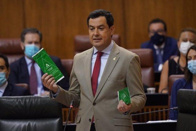 El presidente de la Junta, Juanma Moreno, durante el debate en el Parlamento