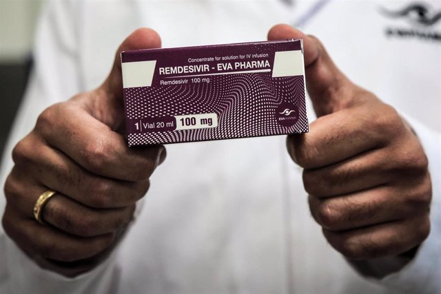 29 June 2020, Egypt, Giza: An employee of Egyptian pharmaceutical company Eva Pharma holds a pack containing vials of Remdesivir, a broad-spectrum antiviral medication approved as a specific treatment for COVID-19, at the company's factory, which started