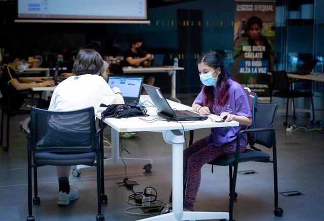 Una niña aprende con un ordenador en un programa de Plan Internacional