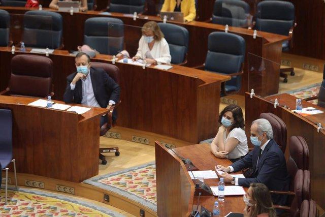 La presidenta de la Comunidad de Madrid, Isabel Díaz Ayuso (2d), el consejero de Sanidad, Enrique Ruiz Escudero (1d) y el consejero de Políticas Sociales, Alberto Reyero (3d), durante una sesión plenaria en la que se debate la reprobación y cese del conse