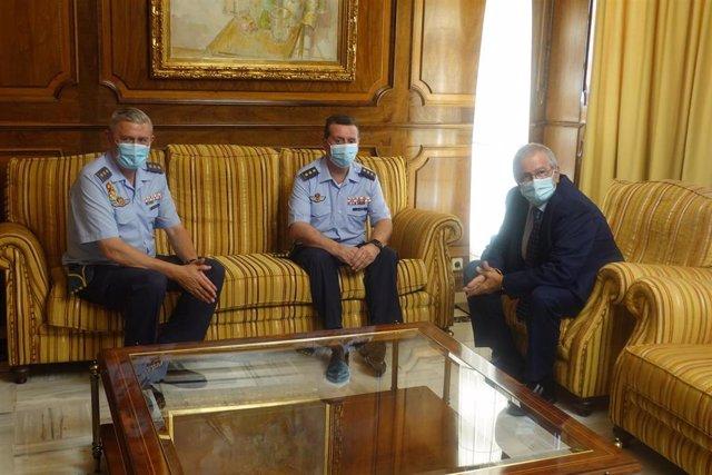 El presidente de la Asamblea regional, Alberto Castillo, recibe al nuevo coronel jefe de la Base Aérea de Alcantarilla, José Alberto Llopis, y a su predecesor, Francisco Javier Fernández