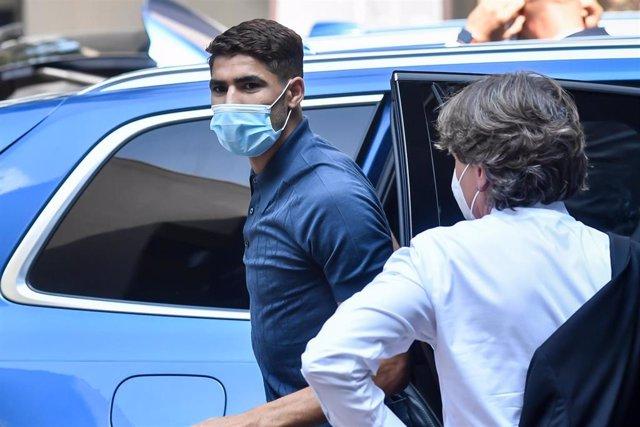 Achraf Hakimi, camino a la revisión médica con el Inter