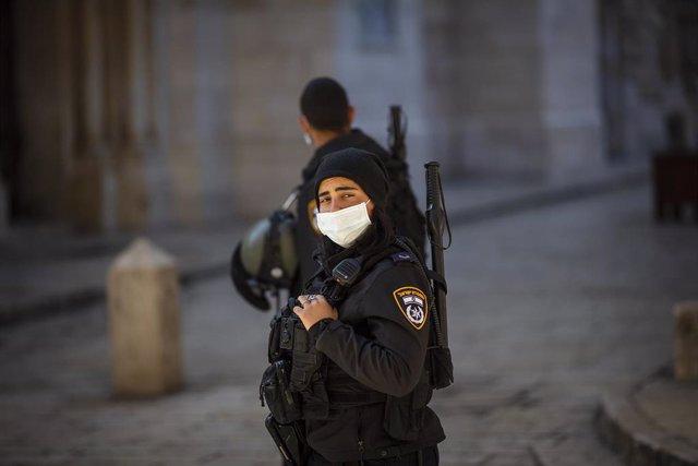 Un policía de Israel en Jerusalén durante la pandemia de coronavirus