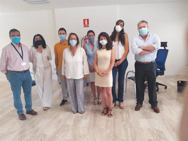 Regina Serrano visita el equipo provincial de atención a la mujer y familia del SAS