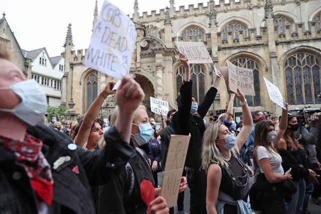 Imagen de una protesta frente a la Universidad de Oxford para exigir la retirada de la estatua de Cecil Rhodes.
