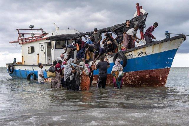 Pescadores de Aceh ayudan a desembarcar a refugiados rohingya llegados a Indonesia