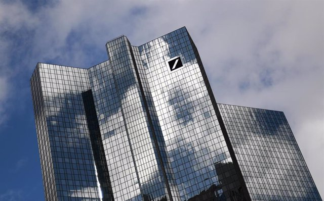 FILED - 04 March 2019, Hessen, Frankfurt_Main: Clouds pass over the Deutsche Bank headquarters in Frankfurt's banking district. After no dividends were paid out in 2019, Deutsche Bank shareholders were told on Wednesday that they will have to wait another