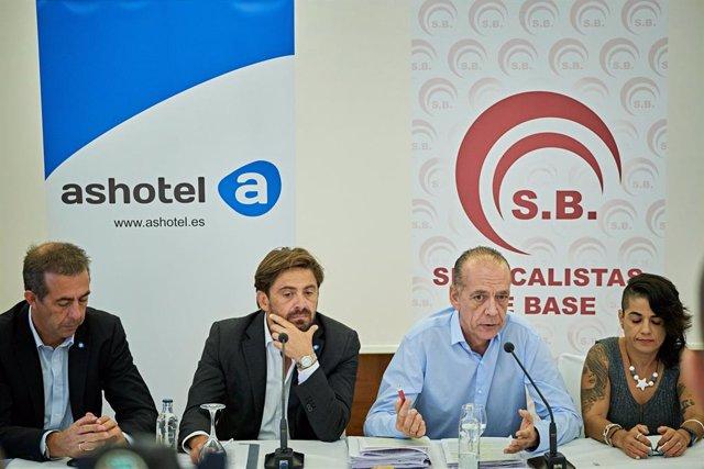 Jorge Marichal y Manuel Fitas (en el centro) en la presentación del convenio de hostelería