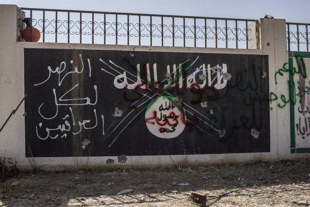 Una bandera de Estado Islámico tachada en Irak