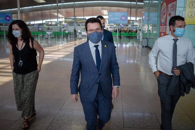 El vicepresidente de la Generalitat, Pere Aragonès (2d), durante una visita al aeródromo un día después de que se abriesen las fronteras en el país, en Barcelona, Catalunya (España), a 2 de julio de 2020.