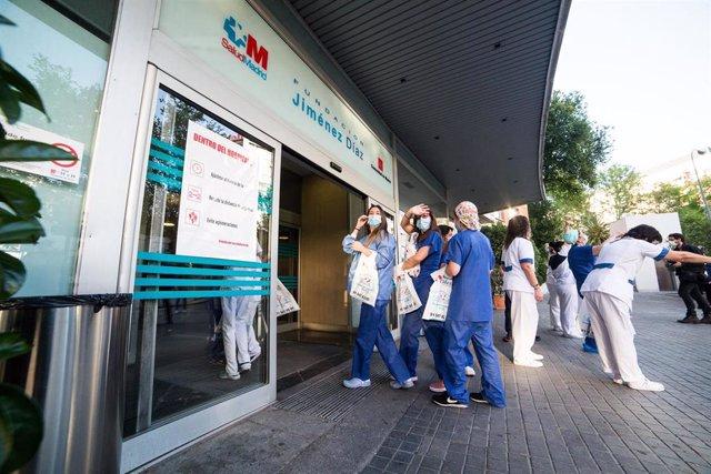 Varios de los trabajadores del Hospital Fundación Jiménez Díaz de Madrid agradecen el apoyo recibido en el último día de homenajes a los Sanitarios celebrados durante la pandemia de coronavirus Covid-19. En Madrid, España, a 17 de mayo de 2020.