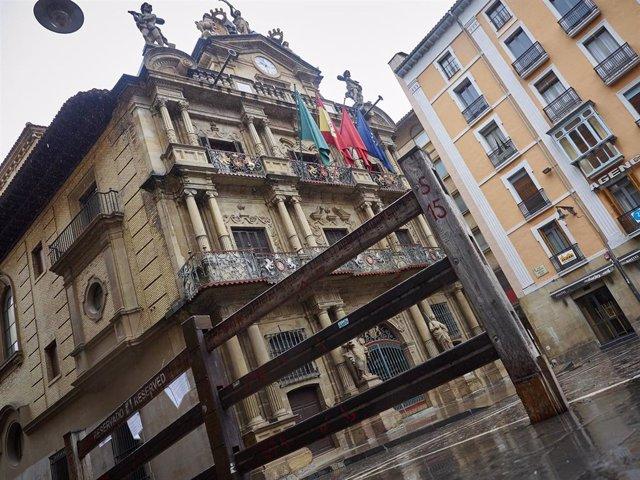 Fachada del Ayuntamiento de Pamplona, con vallado permanente, donde se ha decidido suspender la celebración de las fiestas de San Fermín este julio de 2020 por la pandemia del Covid-19, en Pamplona/Navarra (España) a 21 de abril de 2020.
