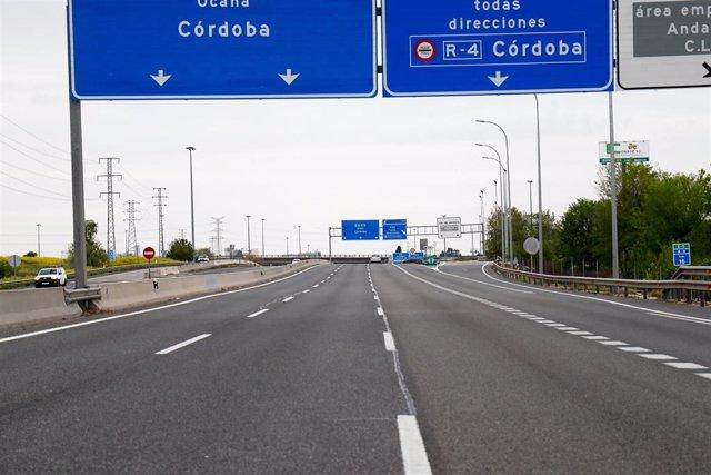 Imágenes de la A-4 en dirección Andalucía inusualmente vacía durante el Jueves Santo marcado por el confinamiento impuesto por el Estado de Alarma provocado por el coronavirus