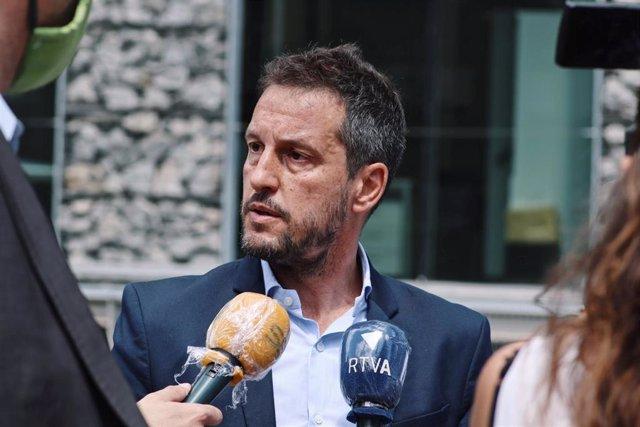 El presidente del grupo parlamentario socialdemócrata, Pere López, atiende los medios de comunicación.