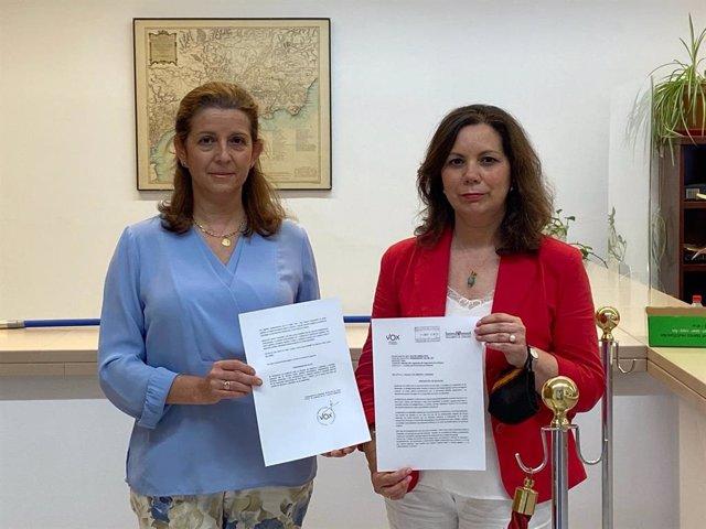 Las diputadas andaluzas de Vox, María José Piñero y Ángela Mulas, registrando la iniciativa