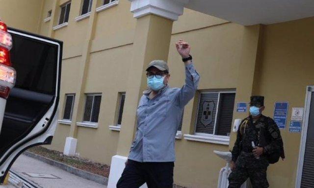 El presidente de Honduras, Juan Orlando Hernández, sale del hospital tras su ing