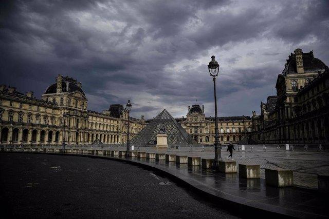 El Museo del Louvre de París durante la epidemia de coronavirus