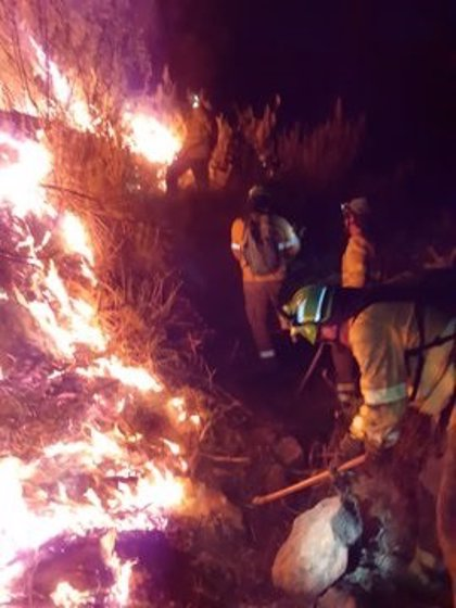 Unos 150 profesionales combatirán durante la noche el incendio forestal de Almonaster la Real (Huelva)