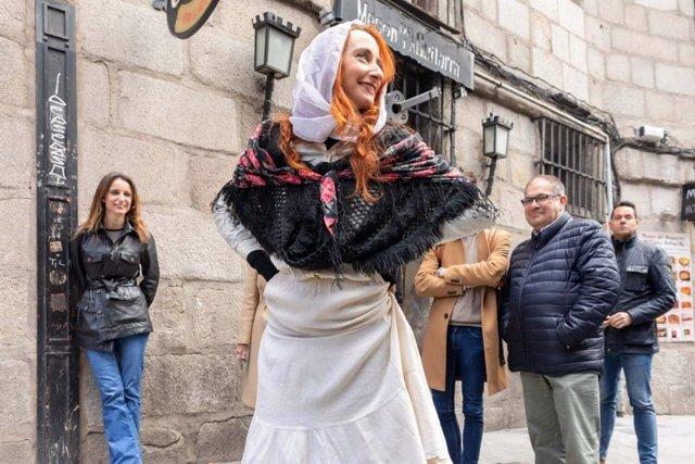 La delegada de Cultura del Ayuntamiento de Madrid, Andrea Levy, contempla uno de los recorridos literarios que siguen las huellas del escritor Benito Pérez Galdós en la capital.