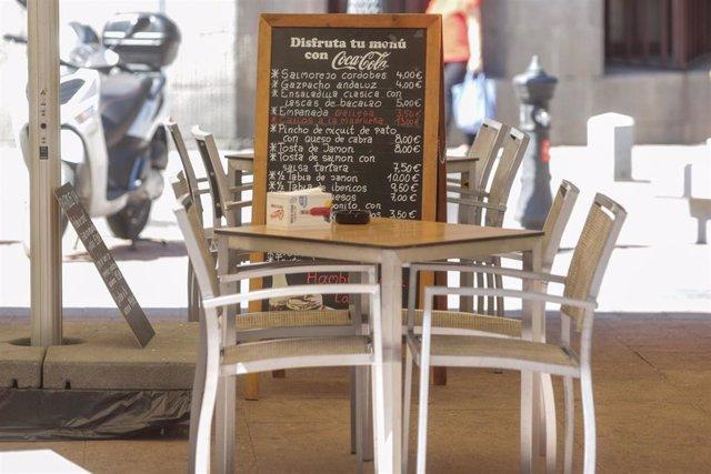 Mesa vacía en la terraza de un restaurante de Madrid (España), a 22 de junio de 2020