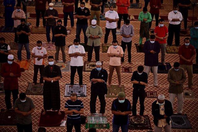 Rezo musulmán del viernes en una mezquita de Kuala Lumpur