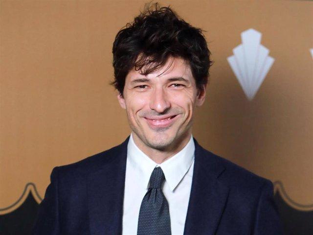 Andrés Velencoso luciendo la mejor de sus sonrisas durante un estreno